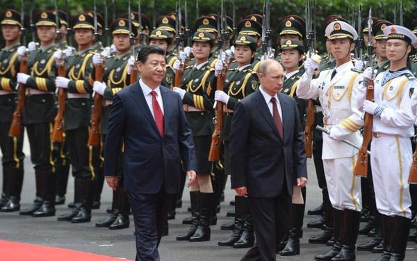 6月8日,国家主席习近平在北京人民大会堂同俄罗斯总统普京举行会谈。这是会谈前,习近平在人民大会堂东门外广场为普京举行欢迎仪式。    应中华人民共和国主席习近平邀请,俄罗斯联邦总统弗弗普京于2018年6月8日对华进行国事访问。两国元首在北京举行会谈,访问天津并于2018年6月9日至10日在青岛出席上海合作组织成员国元首理事会第十八次会议。   上海合作组织青岛峰会欢迎宴会将于6月9日晚7点40分在青岛国际会议中心举行。国家主席习近平将出席欢迎宴会并致辞。随后还将举行灯光焰火艺术表演。   不断充实两国